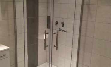 Neu verbaute Duschabtrennung von Hueppe